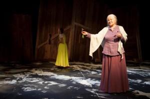 Vanha Maija (Taina Reponen) muistelee tarinaansa...