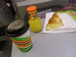 Aamu seitsemältä junassa... croisanttia (kirjoitetaanko se noin?), kaakaota ja appelsiinimehua. ^^ jee ja nam, nam! :3