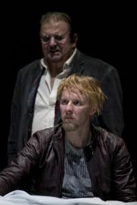 Kuningas (Esko Salminen) ja Hamlet (Eero Aho)